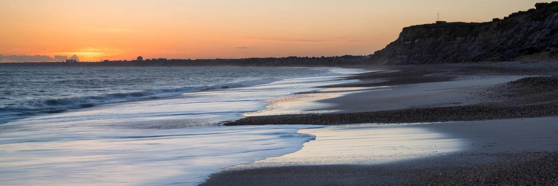 Puesta del sol imponente sobre paisaje largo de la exposición de la playa imágenes de archivo libres de regalías