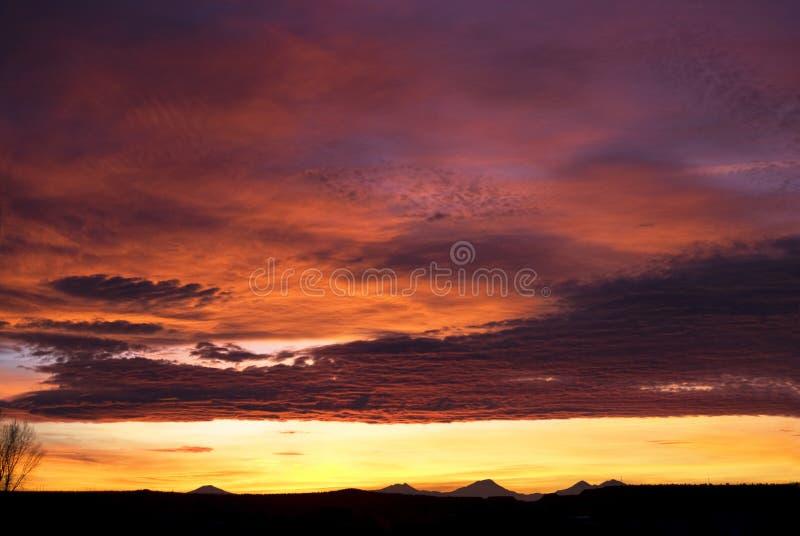Puesta del sol impresionante de la montaña fotos de archivo libres de regalías