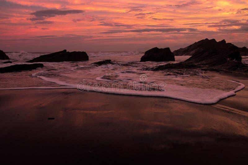 Puesta del sol impresionante en la playa imagenes de archivo