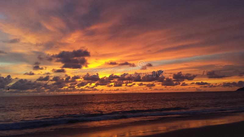 Puesta del sol impresionante en Phuket, Tailandia imagenes de archivo