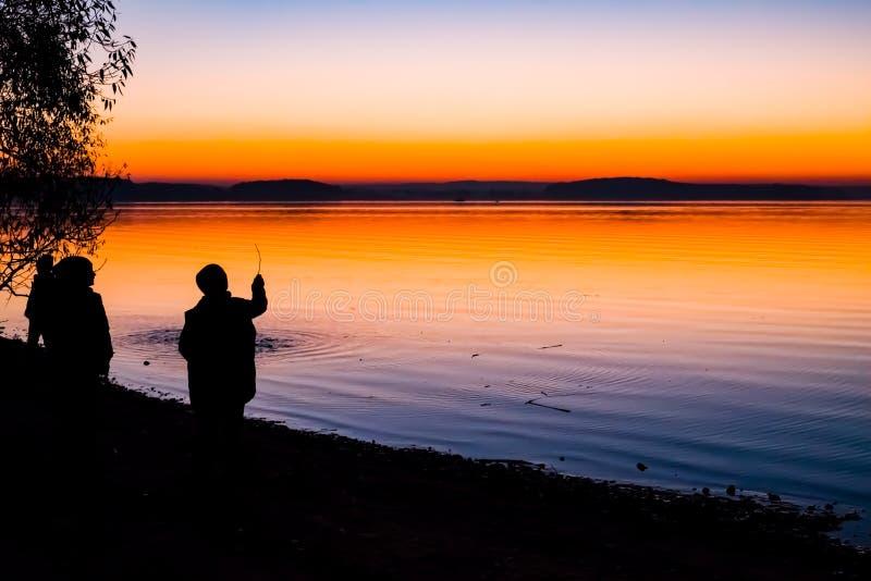 Puesta del sol increíble, brillante sobre el agua fotografía de archivo