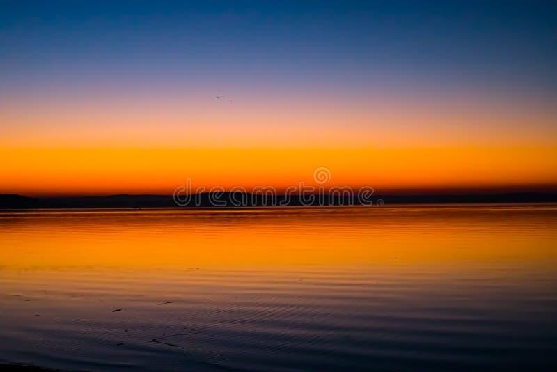 Puesta del sol increíble, brillante sobre el agua Mar de Minsk, Bielorrusia fotos de archivo