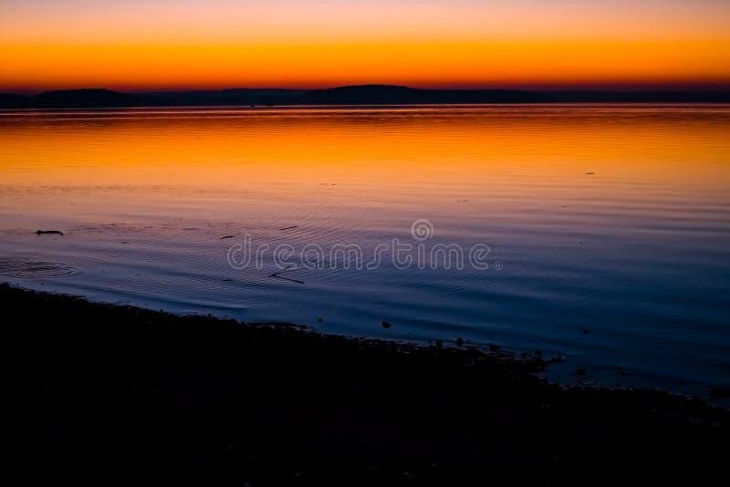 Puesta del sol increíble, brillante sobre el agua Mar de Minsk, Bielorrusia imagen de archivo libre de regalías