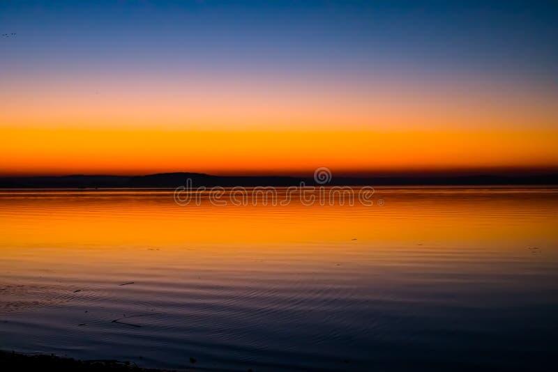 Puesta del sol increíble, brillante sobre el agua Mar de Minsk, Bielorrusia fotos de archivo libres de regalías