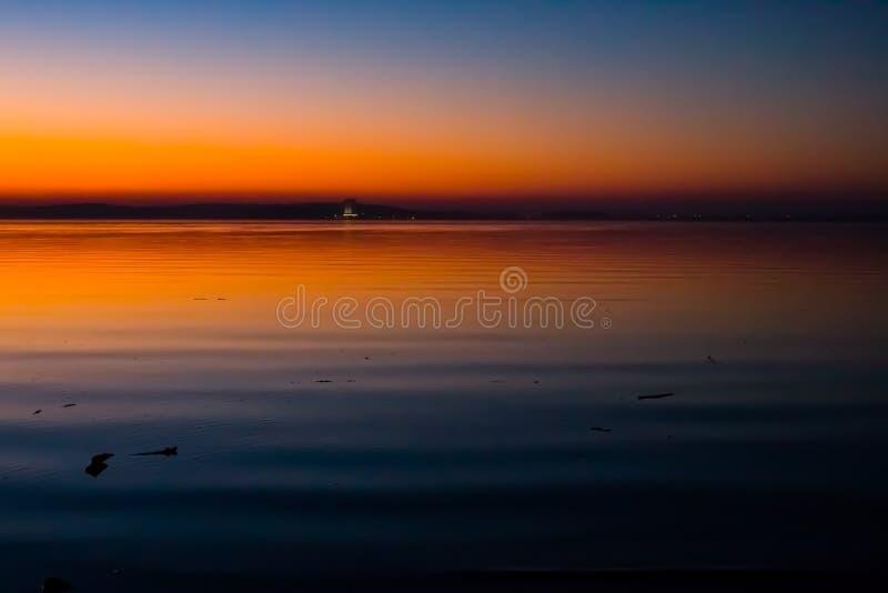Puesta del sol increíble, brillante sobre el agua Mar de Minsk, Bielorrusia fotografía de archivo libre de regalías