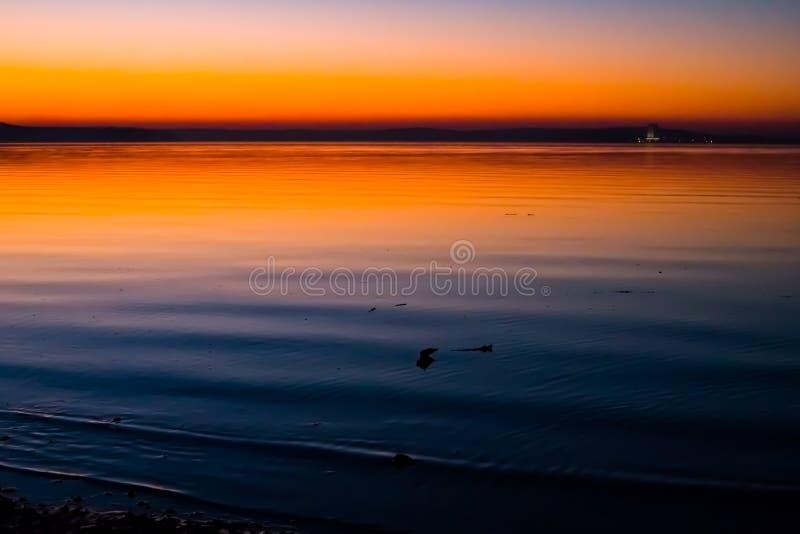 Puesta del sol increíble, brillante sobre el agua Mar de Minsk, Bielorrusia foto de archivo libre de regalías