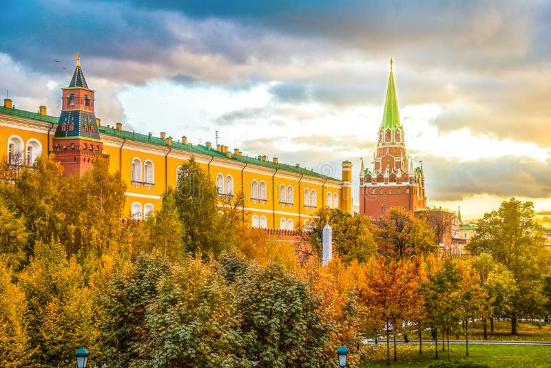 Puesta del sol increíble en el cuadrado de Manezhnaya en Moscú, Rusia imagen de archivo