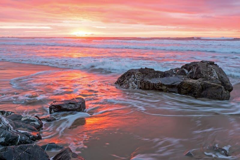 Puesta del sol increíble en el Océano Atlántico en Portugal fotografía de archivo libre de regalías
