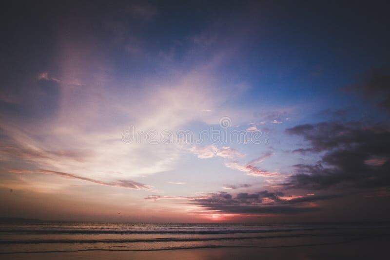 Puesta del sol increíble en la isla Bali imagen de archivo libre de regalías