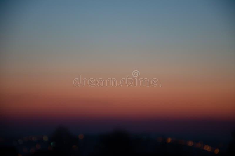 Puesta del sol increíble, hermosa, brillante sobre la ciudad Pendiente, la base del sol foto de archivo