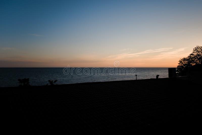 Puesta del sol increíble y mar fotos de archivo