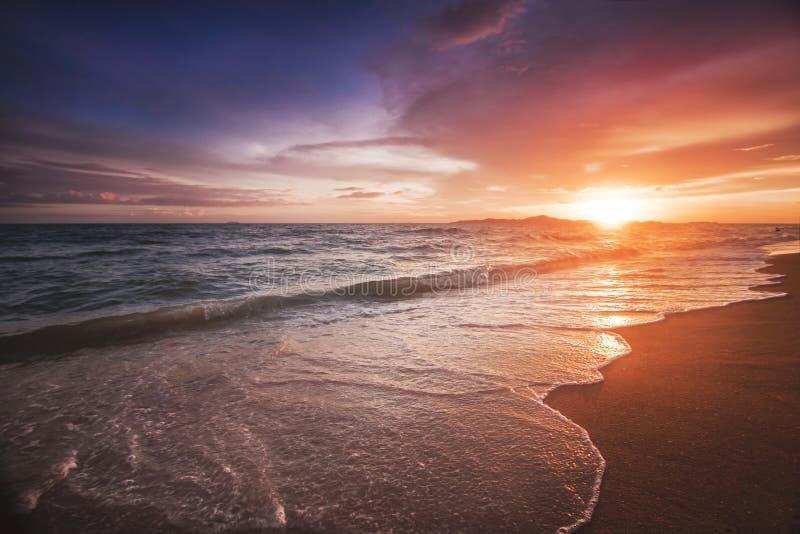 Puesta del sol increíblemente hermosa en la playa en Tailandia Sun, cielo, mar, ondas y arena Un día de fiesta por el mar fotografía de archivo libre de regalías