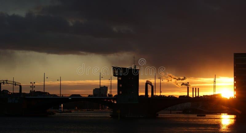 Puesta del sol industrial foto de archivo
