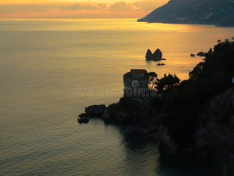 Puesta del sol italiana, costa de Amalfi, mar, rocas fotos de archivo libres de regalías
