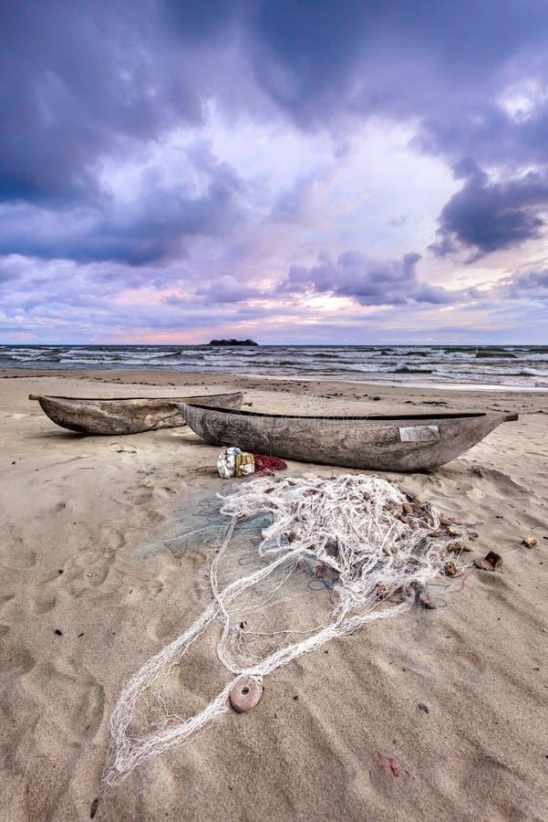 Puesta del sol del lago Malawi en la playa África de Kande foto de archivo