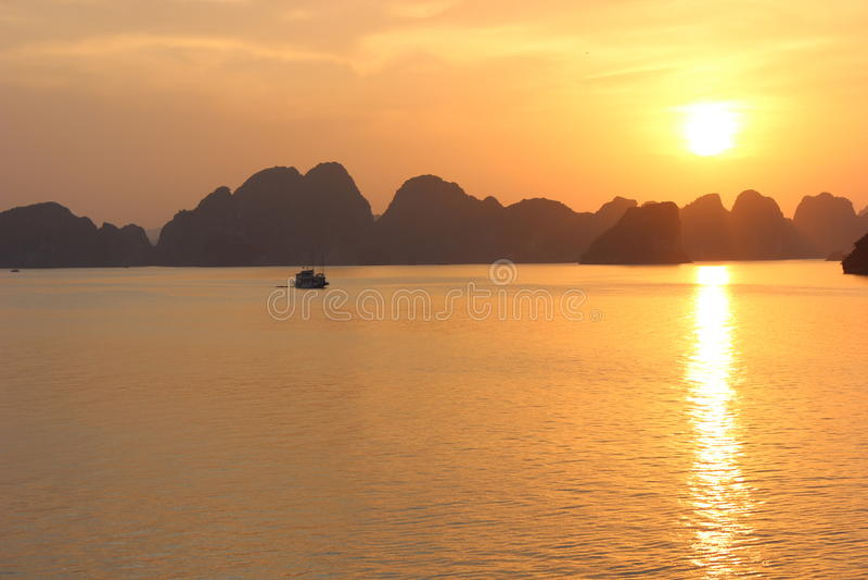 Puesta del sol larga de la bahía de la ha imagen de archivo libre de regalías