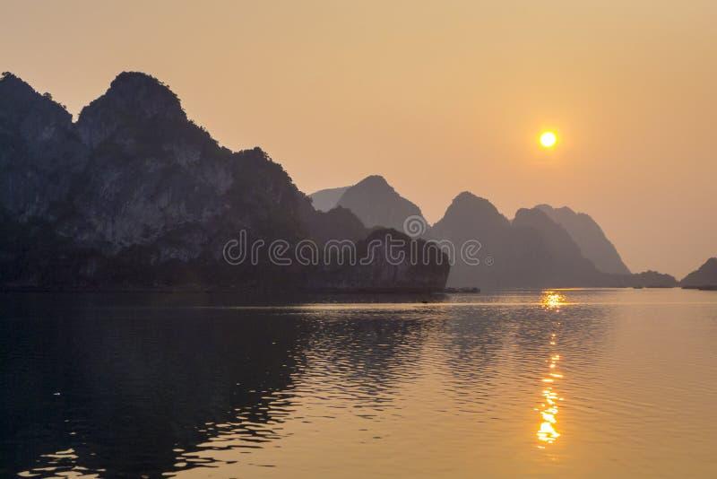 Puesta del sol larga Vietnam de la bahía de la ha foto de archivo
