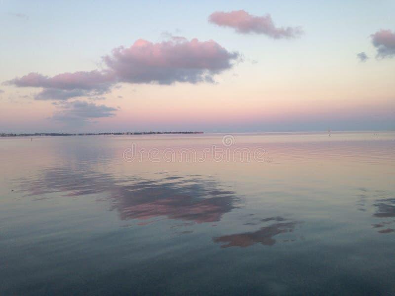 Puesta del sol lateral del océano imagenes de archivo