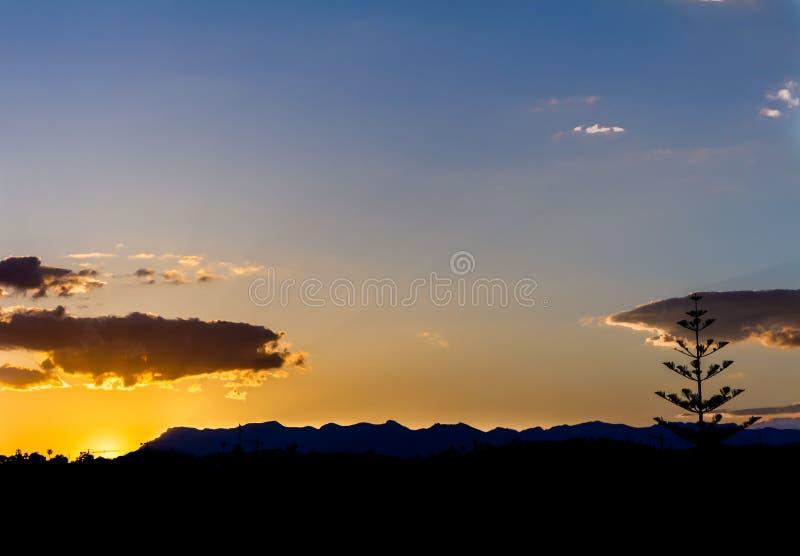 Puesta del sol llamativa en las montañas Paisaje montañoso de España imágenes de archivo libres de regalías