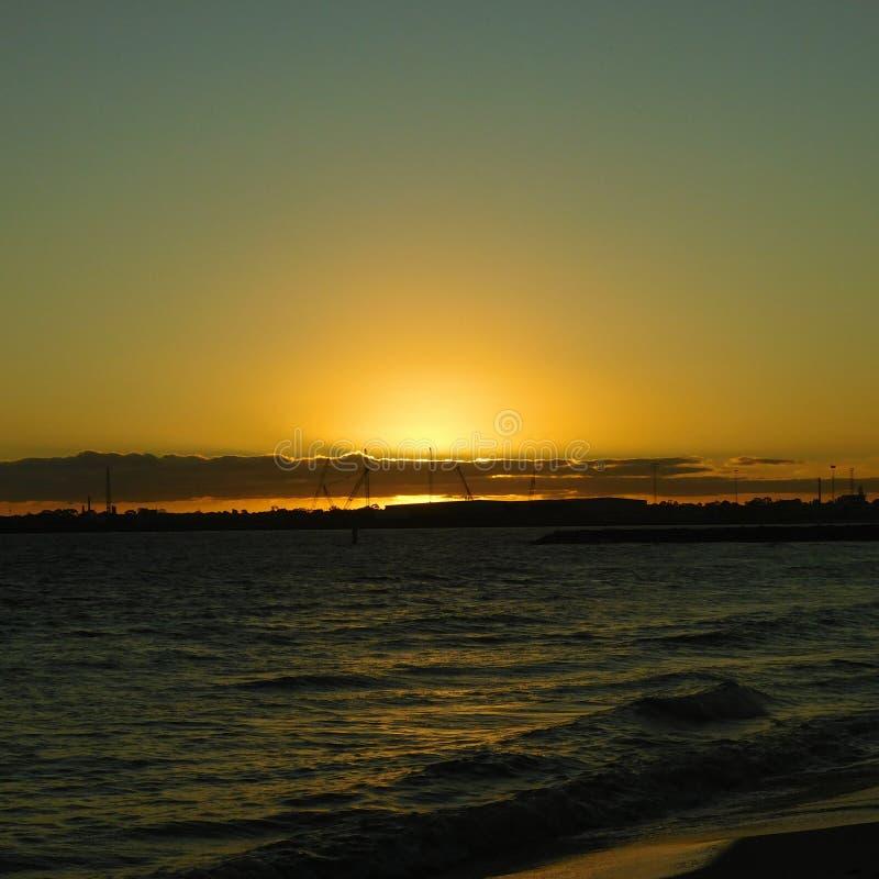 Puesta del sol a lo largo de la playa fotos de archivo libres de regalías