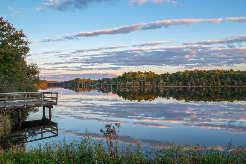 Puesta del sol a lo largo del lago imagen de archivo libre de regalías