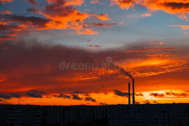 Puesta del sol mágica colorida Tejados de las casas de la ciudad durante salida del sol imagen de archivo libre de regalías