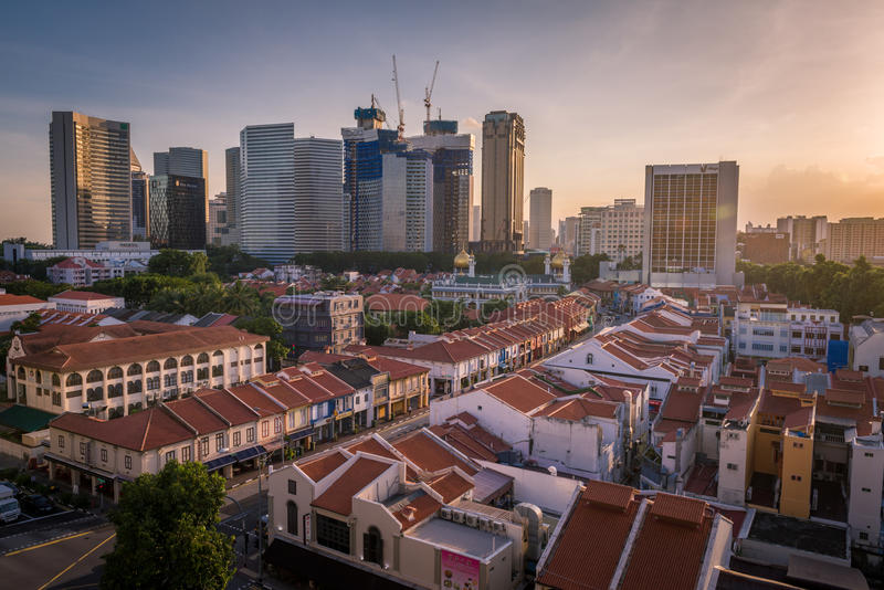 Puesta del sol mágica de rascacielos modernos y de shophouses históricos imagen de archivo