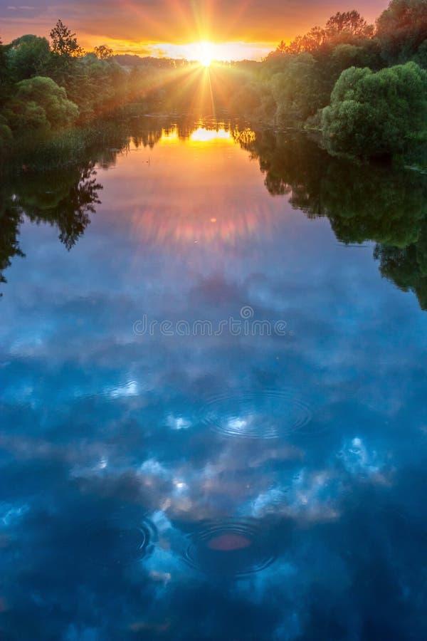 Puesta del sol mágica del verano sobre el río imagen de archivo libre de regalías