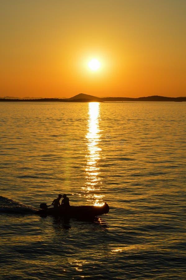 Puesta del sol mágica en el mar adriático imagen de archivo