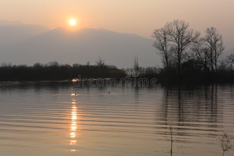 Puesta del sol mágica sobre el lago foto de archivo