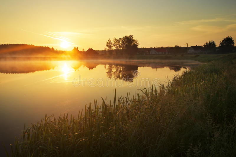 Puesta del sol mágica sobre el lago en el pueblo fotos de archivo libres de regalías