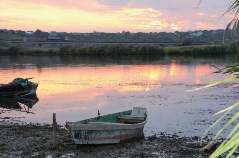 Puesta del sol mágica sobre el río fotografía de archivo
