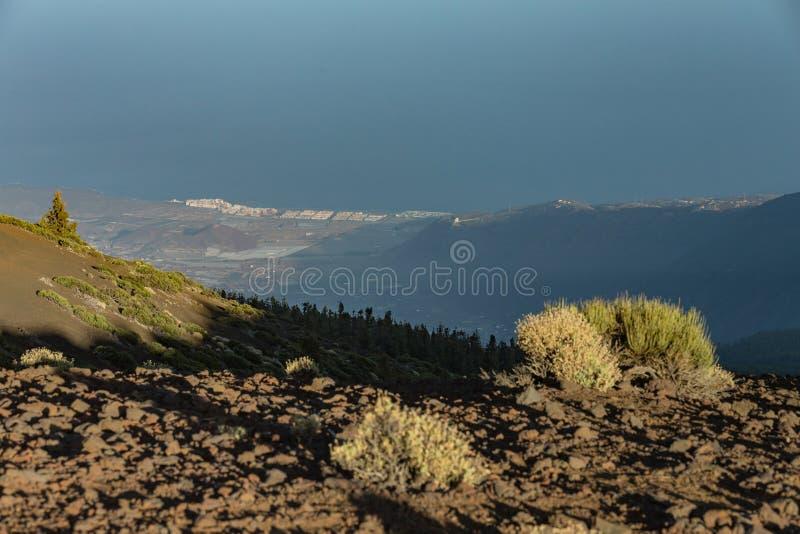 Puesta del sol mágica sobre las nubes en las montañas de Tenerife en las islas Canarias foto de archivo
