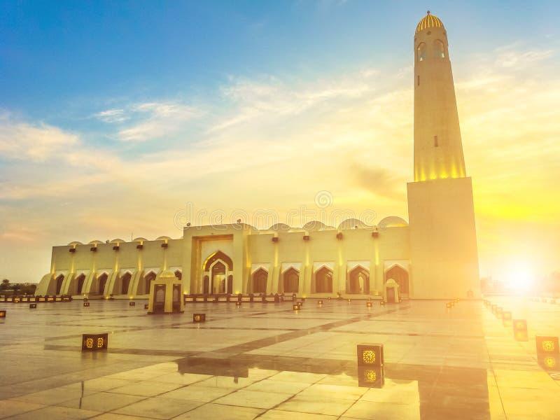 Puesta del sol magnífica de la mezquita de Doha imagen de archivo