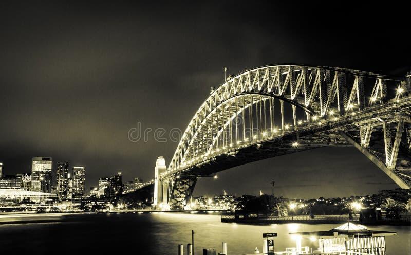 Puesta del sol magnífica en el puente de acero poderoso de Sydney Harbor que cruza el océano fotos de archivo