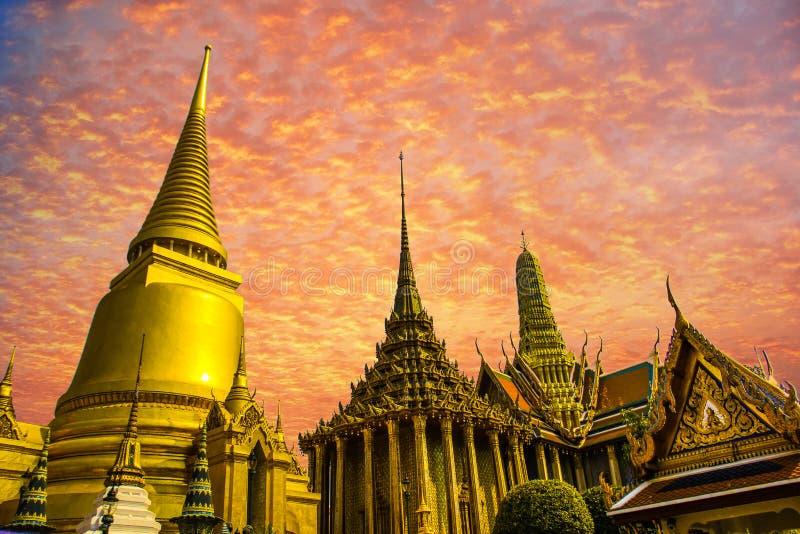 Puesta del sol magnífica del palacio de Tailandia Bangkok fotografía de archivo
