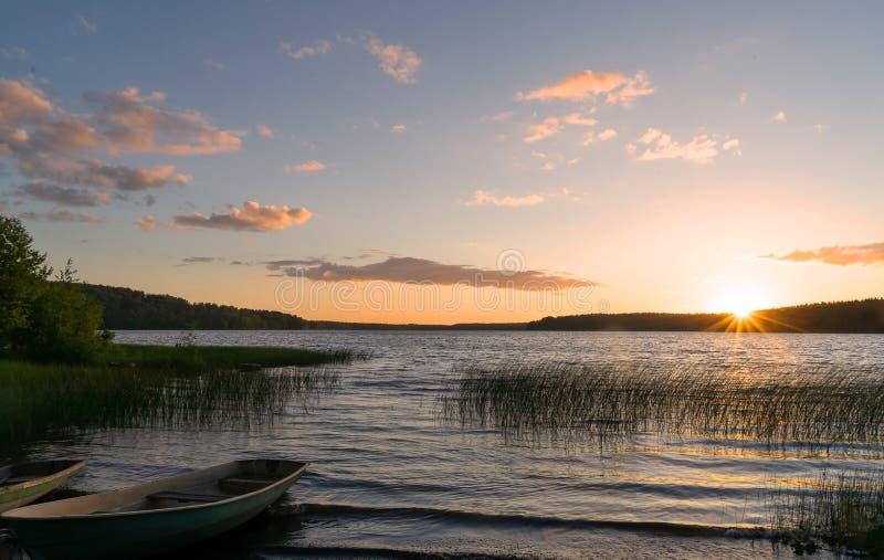 Puesta del sol magnífica por el lago imagenes de archivo