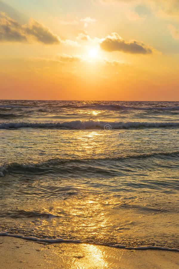 Puesta del sol magn?fica sobre el mar Mediterr?neo, Israel imágenes de archivo libres de regalías