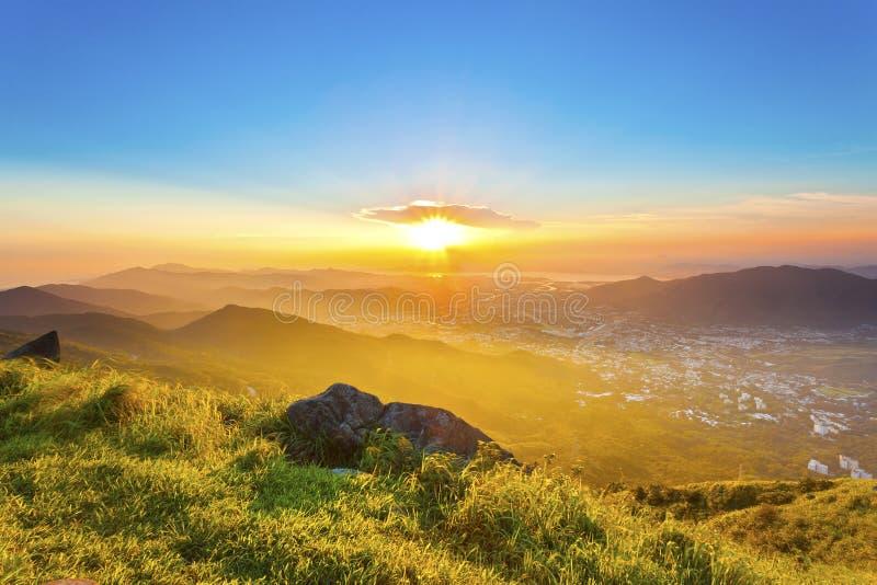 Puesta del sol majestuosa en montañas, Hong Kong. imagen de archivo