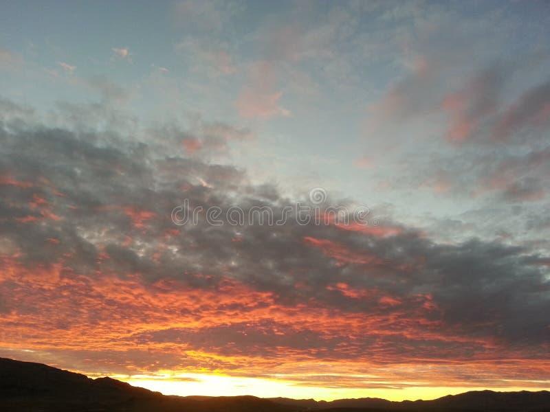 Puesta del sol majestuosa sobre desierto de Mojave fotografía de archivo