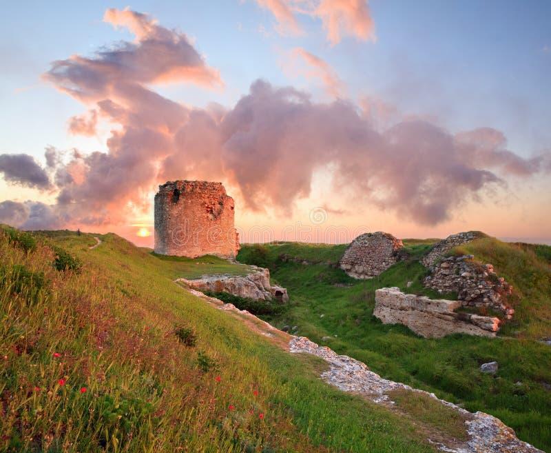 Puesta del sol majestuosa y ruina antigua de la fortaleza fotografía de archivo
