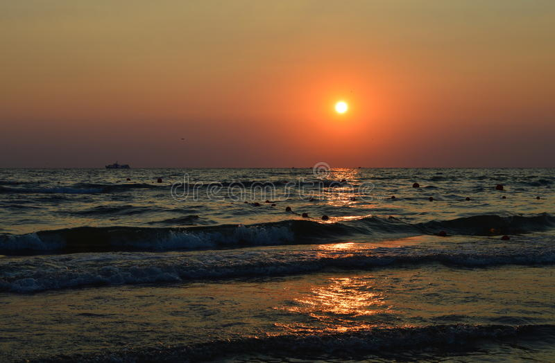 Puesta del sol, mar, océano, playa, nave foto de archivo libre de regalías
