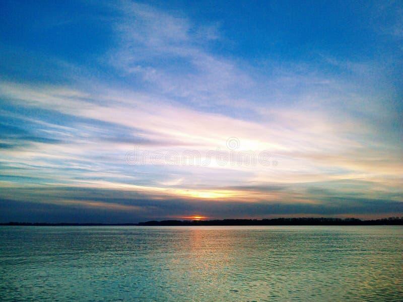 Puesta del sol maravillosa en el agua foto de archivo libre de regalías