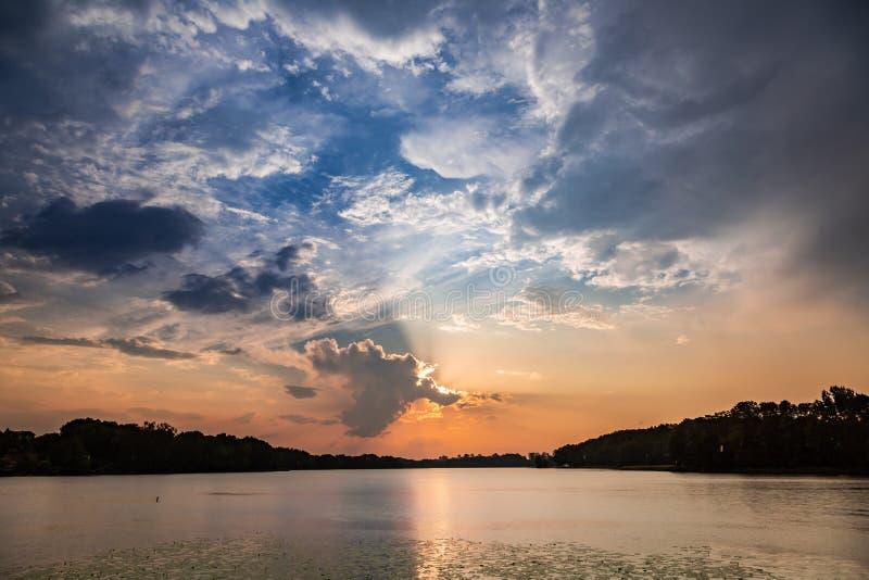 Puesta del sol maravillosa en el lago del verano con las nubes dinámicas fotos de archivo