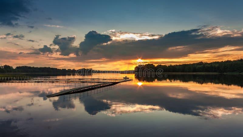 Puesta del sol maravillosa en el lago en verano, Polonia foto de archivo