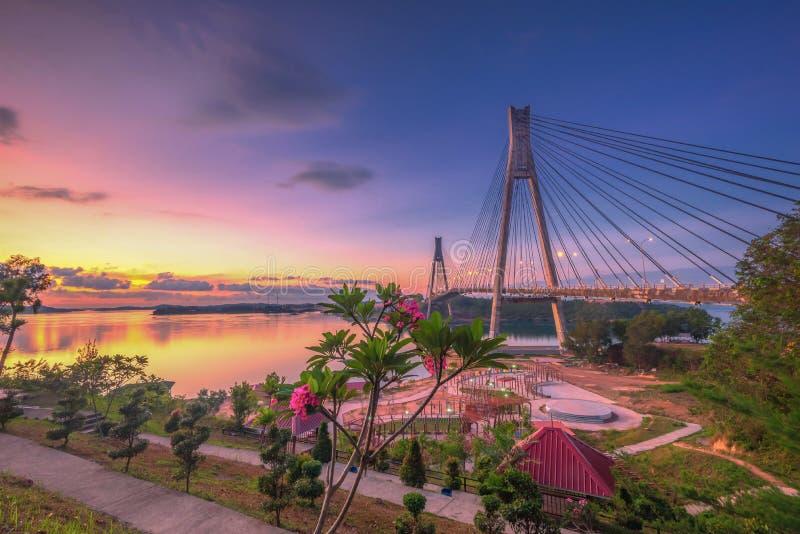 Puesta del sol maravillosa en la isla Indonesia de Batam del puente de Barelang imagenes de archivo