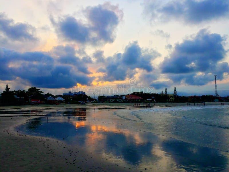 Puesta del sol maravillosa en la playa fotografía de archivo