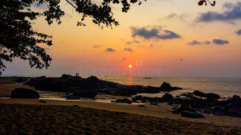 Puesta del sol maravillosa en la playa foto de archivo