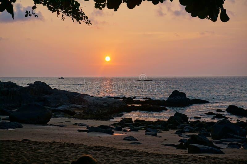 puesta del sol maravillosa en la playa en Tailandia fotografía de archivo libre de regalías
