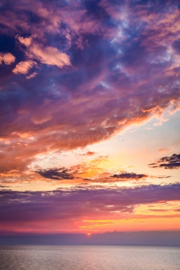 Puesta del sol maravillosa sobre el mar tranquilo en verano foto de archivo libre de regalías